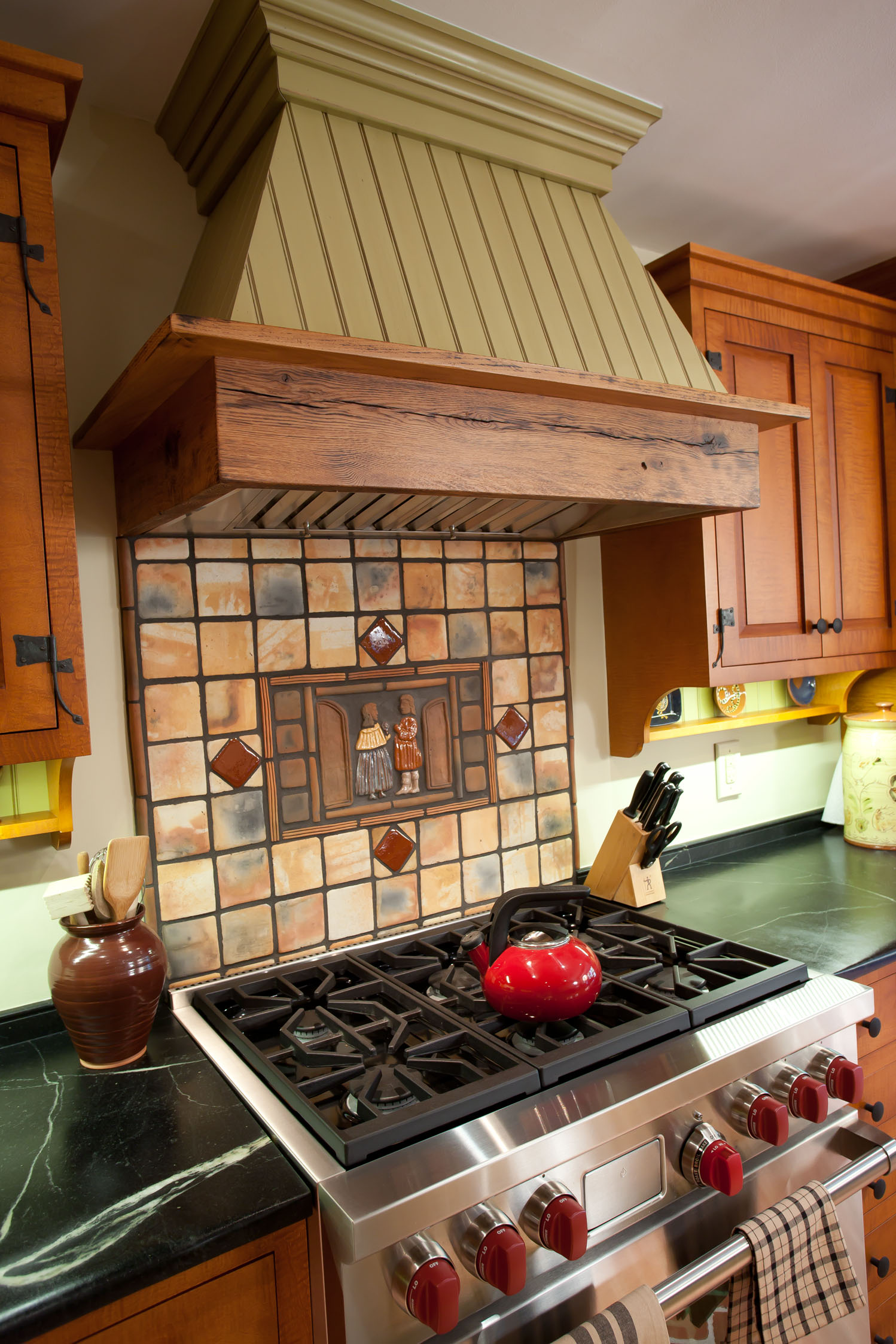 A beautiful range hood and backsplash